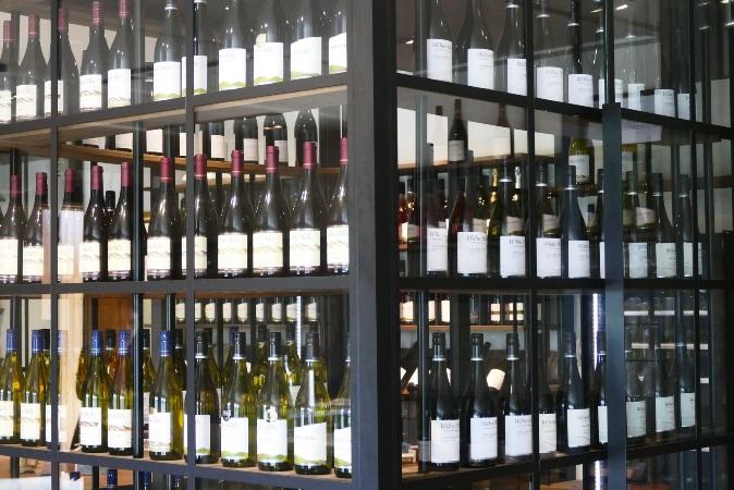 Kiezen uit het wijnschap van de supermarkt